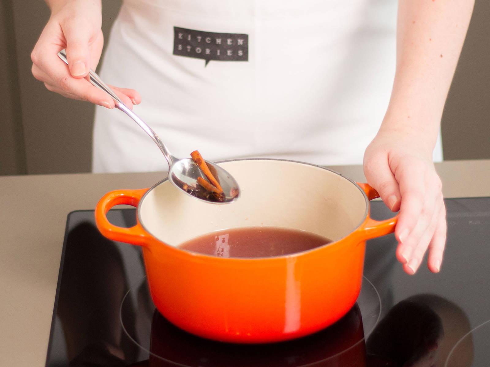 从汤汁中取出丁香与肉桂并丢弃。