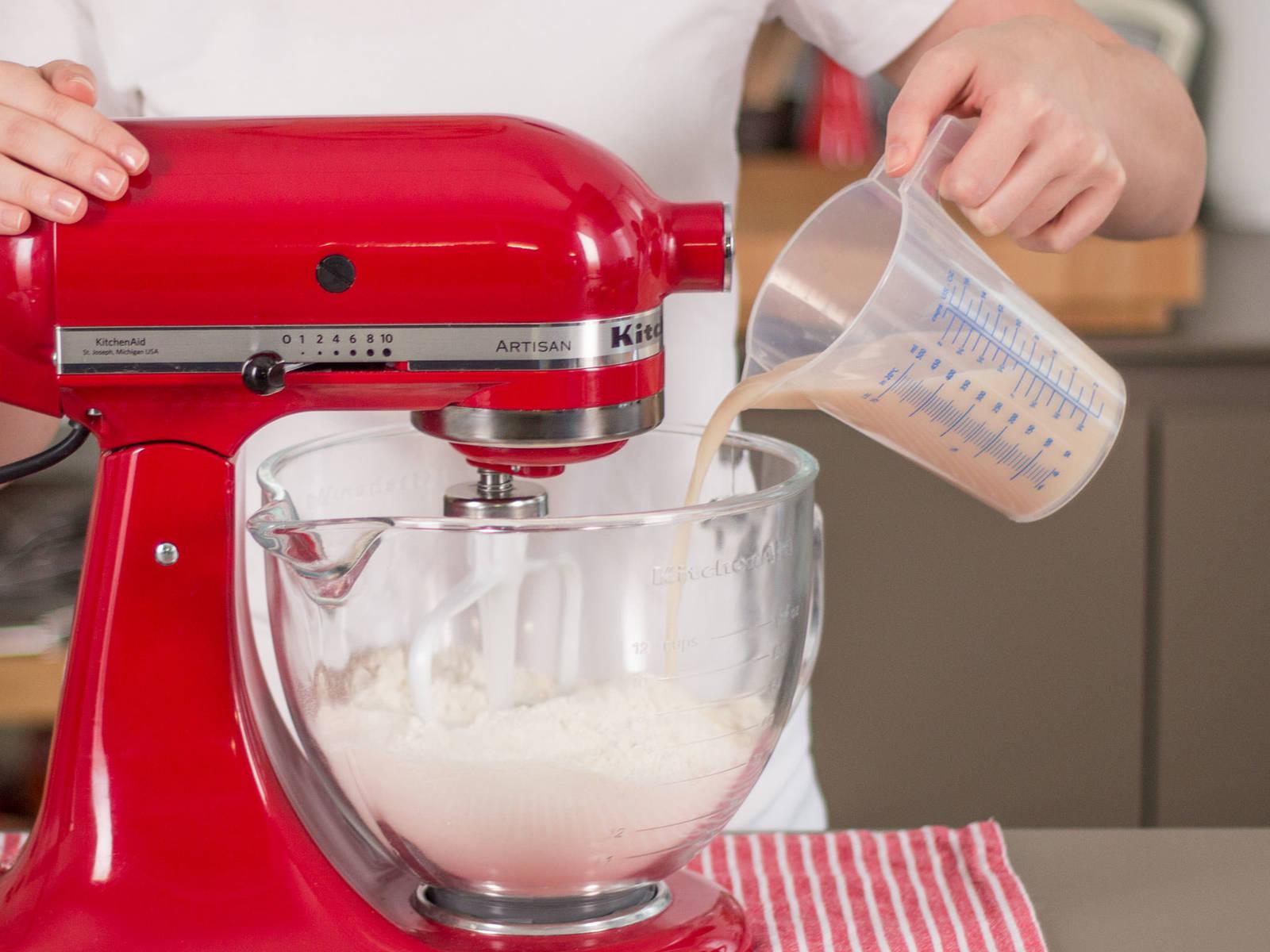 将酵母和部分糖放入微温的水中混合,之后将该混合物和面粉一起放入搅拌机。搅拌至其成为顺滑的面团。将面团放置在温暖的房间,加盖静置15-20分钟,让它发酵至两倍大。