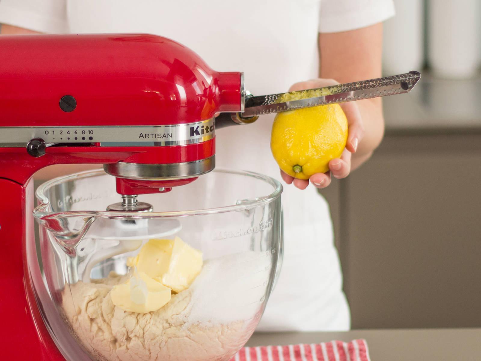 接着,将黄油、剩下的糖和柠檬皮碎与面团一起加入搅拌机,搅拌至其成为有弹性的面团。