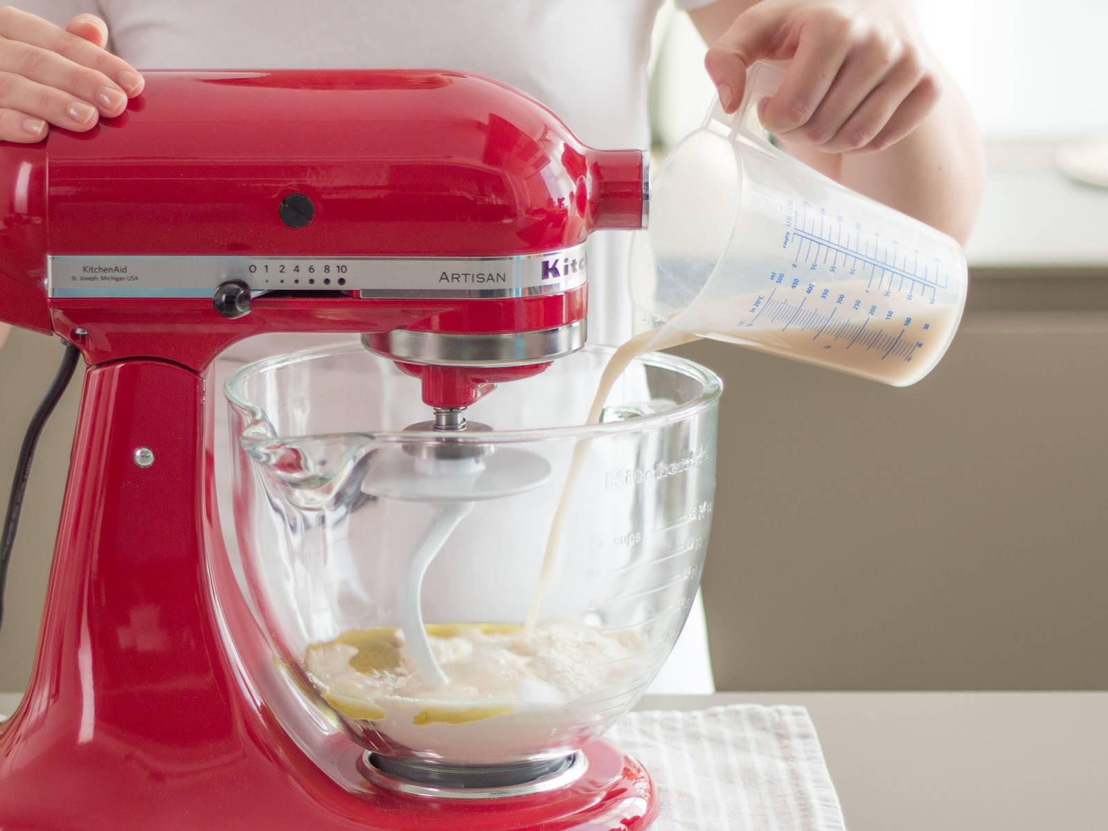 Hefe und Zucker in lauwarmem Wasser auflösen und ca. 15 – 20 Min. beiseitestellen, bis die Mischung schaumig ist. Mehl in Küchenmaschine sieben. Hefe und Zucker ebenfalls dazugeben.