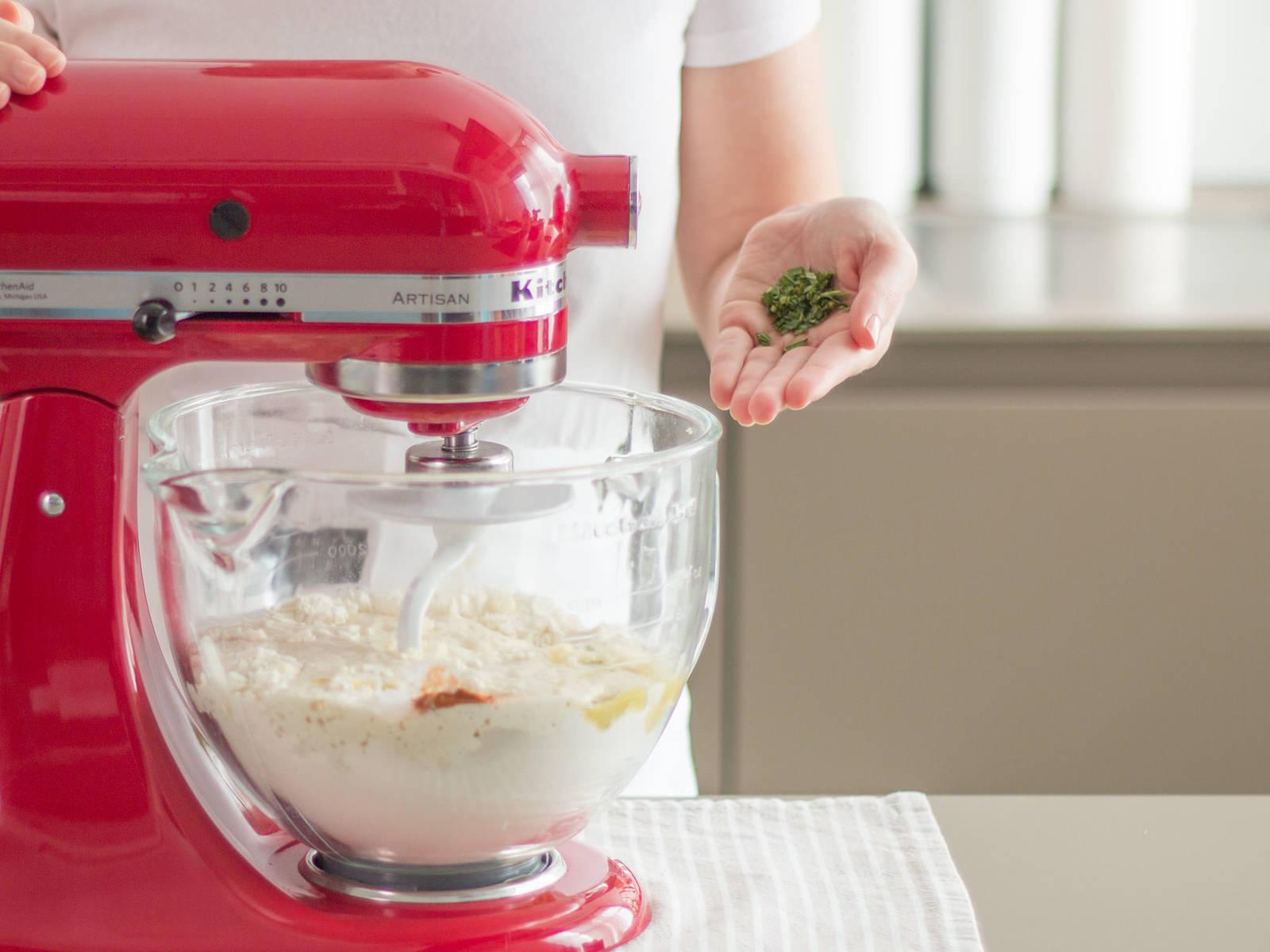 Olivenöl, Salz, Paprikapulver, Knoblauch und Rosmarin in die Küchenmaschine geben und ca. 10 Min. glatt rühren. Bei Bedarf den Teig vom Rand abkratzen. Abdecken und Teig an einem warmen Ort ca. 60 Min. gehen lassen oder bis er sich verdoppelt hat.