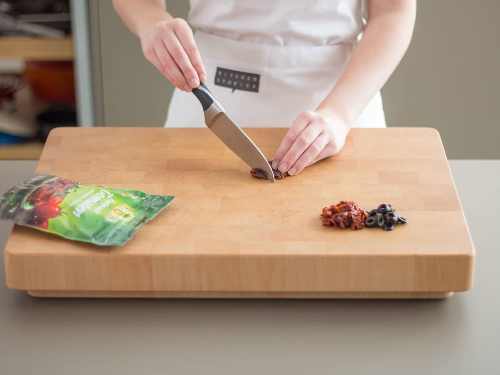 将橄榄和西红柿干大略切碎。