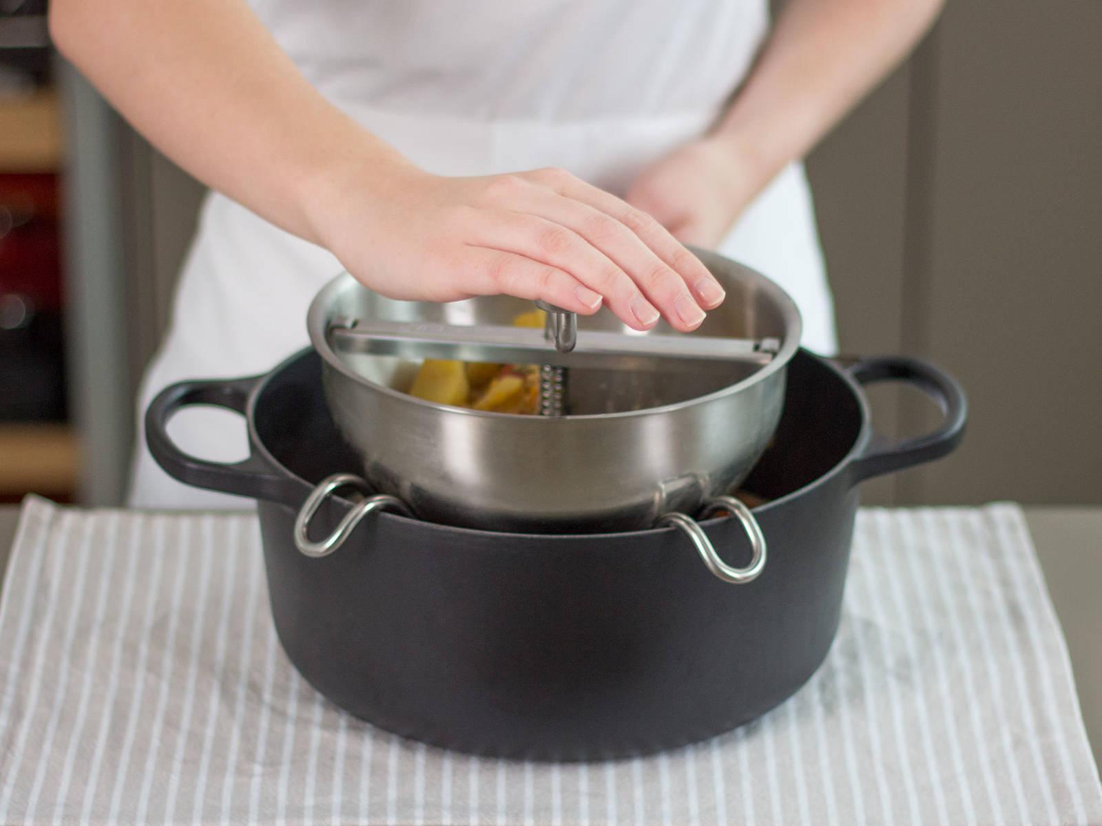 将食品压榨器放于另一个大平底锅上,勺取汤汁稠厚的部分,倒入压榨器中,挤去汁水。