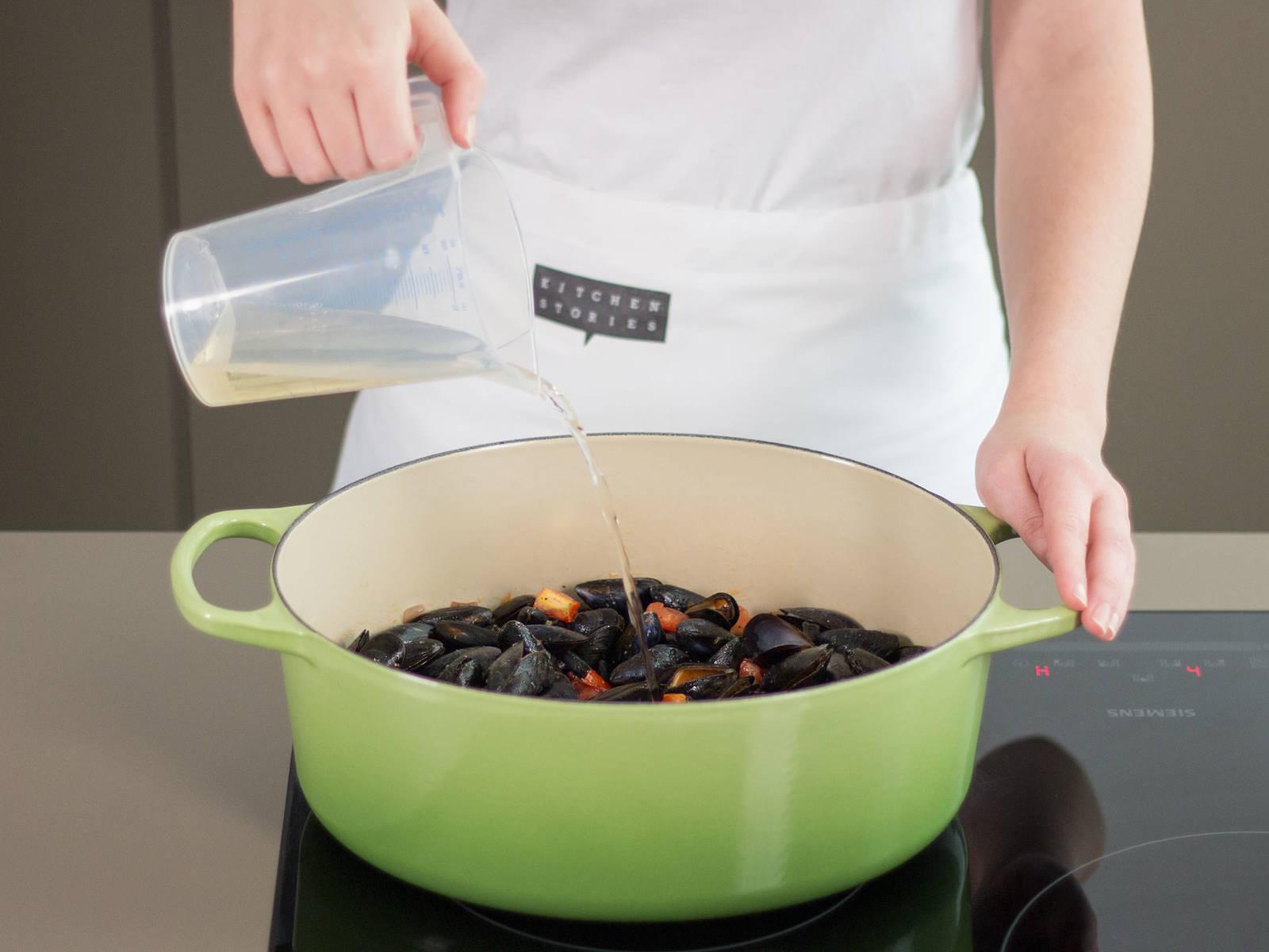 滤干青口贝。在另一个大平底锅中,中火加热少许植物油。倒入葱头和剩余的西红柿、蒜、胡萝卜和芹菜。翻炒5-7分钟。 然后,将剩余的月桂叶和欧芹、青口、柠檬汁以及剩余的白葡萄酒加入其中。 加盐与胡椒调味。 调至小火,盖上锅盖,闷煮10-12分钟,或直至青口贝完全张开。 将马赛鱼汤倒出至碗中。饰以鱼或/和虾、切碎的新鲜欧芹和青口。 尽情享用吧!