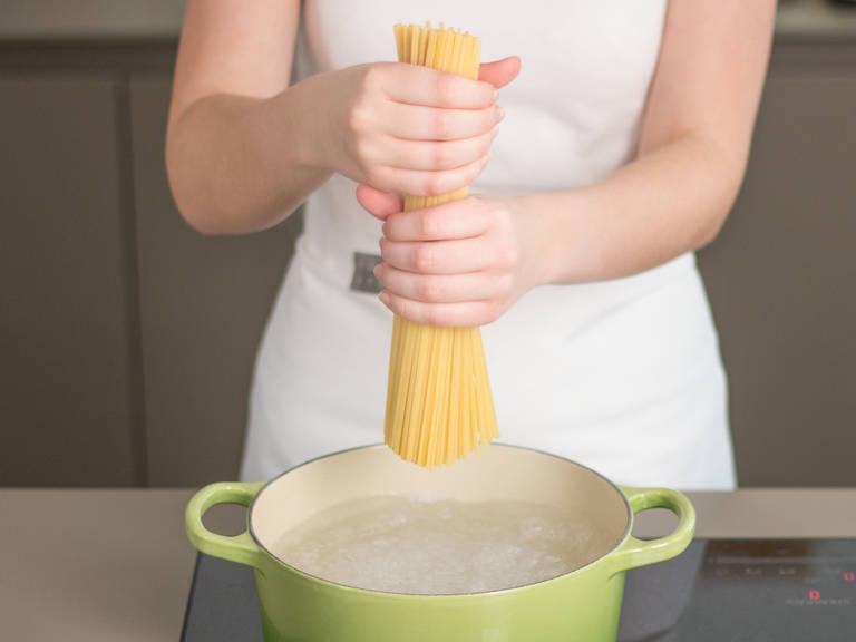 Linguine in einem großem Topf bei mittlerer Hitze ca. 7 – 12 Min. al dente kochen. Abgießen und beiseitestellen. Etwas Nudelwasser für den 4. Schritt aufbewahren.