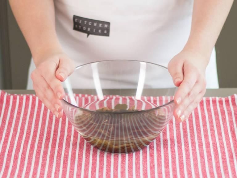 Algen waschen und in einer großen Schüssel in kaltem Wasser für ca. 8 – 10 Min. einweichen lassen. Anschließend abgießen und beiseitestellen.