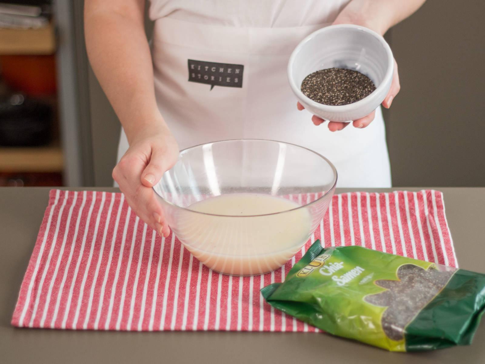 将米糊倒进大碗中。捞去香草豆荚和肉桂棒。倒入奇亚籽,浸泡15-20分钟。
