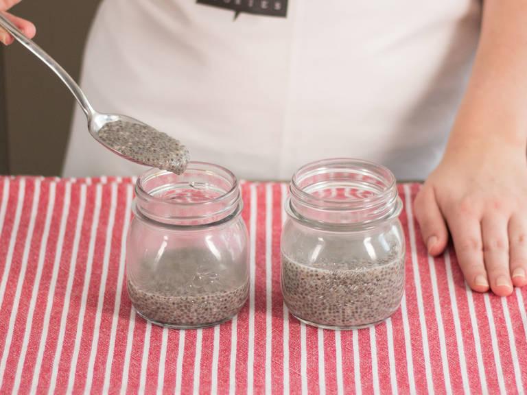 Chia-Pudding zum Servieren in Gläser füllen.