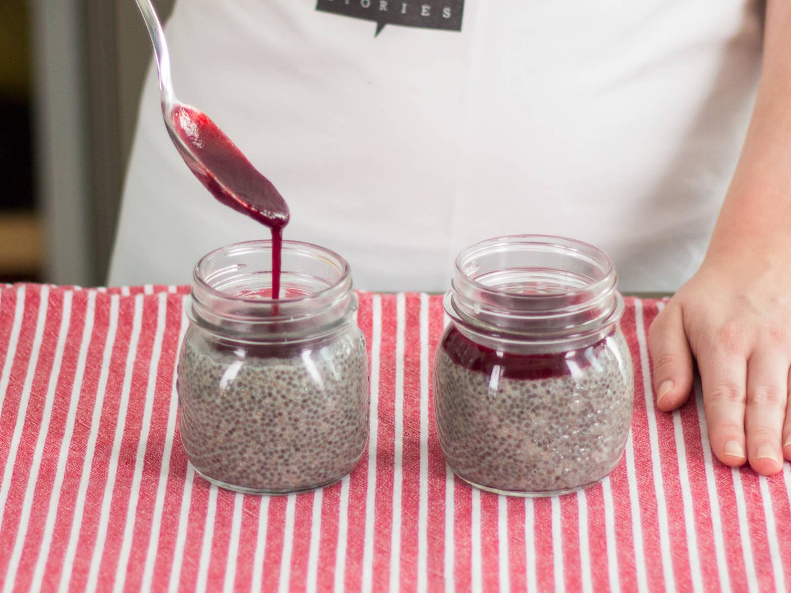 用勺子往布丁上淋上一层薄薄的浆果沙司。