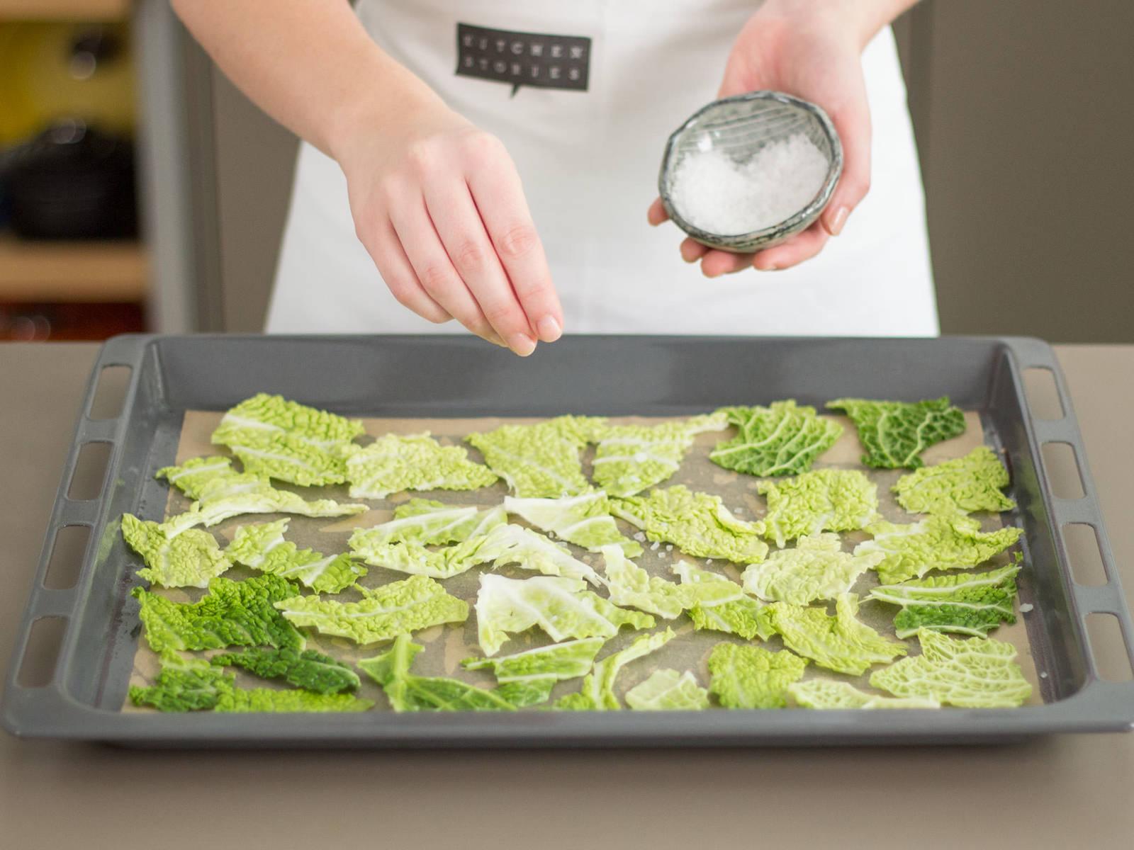 将卷心菜放到铺好烘焙纸的烤盘上。淋上植物油。撒上海盐。以180度烤10-15分钟,直至焦脆。