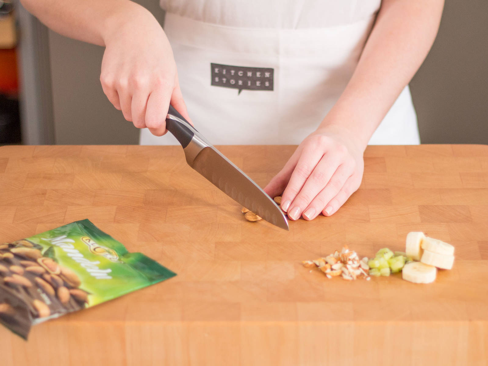 香蕉切块,奇异果切成可入口的小块。 将杏仁大略切碎。