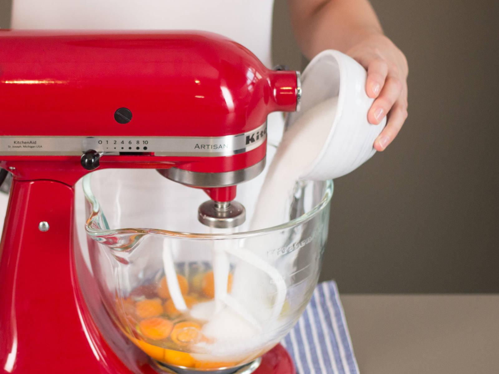 Eier und einen Teil des Zuckers in die Küchenmaschine geben und gut verrühren. Geschmolzene Schokolade hinzugeben und gut vermengen.