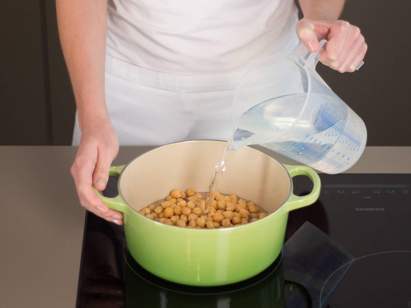 In a large saucepan, bring chickpeas and water to a boil and cook for approx. 5 – 10 min.