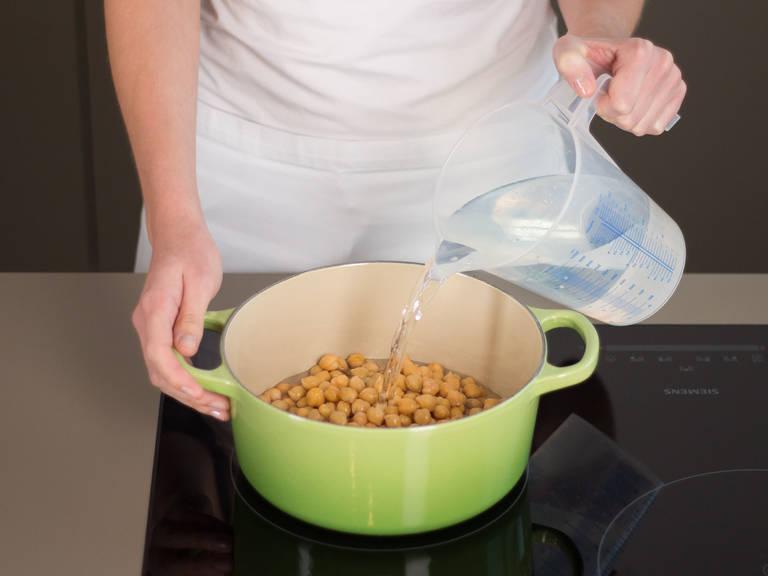 Kichererbsen und Wasser in einen großen Topf geben, aufkochen lassen und ca. 5 – 10 Min. köcheln lassen.