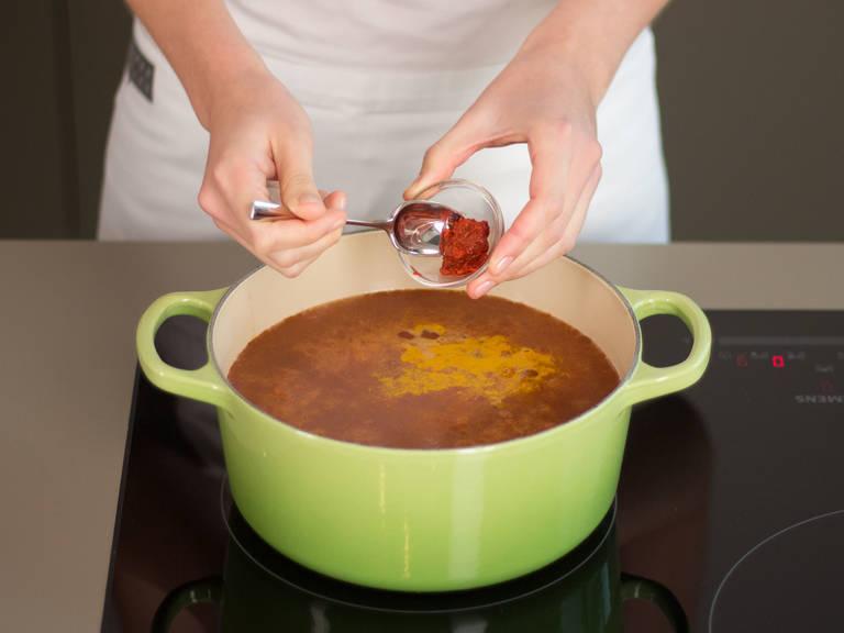Dosentomaten, Kurkuma, Zimt und Harissa hinzugeben. Saft der Zitrone hinzufügen. Mit Salz und Pfeffer abschmecken.