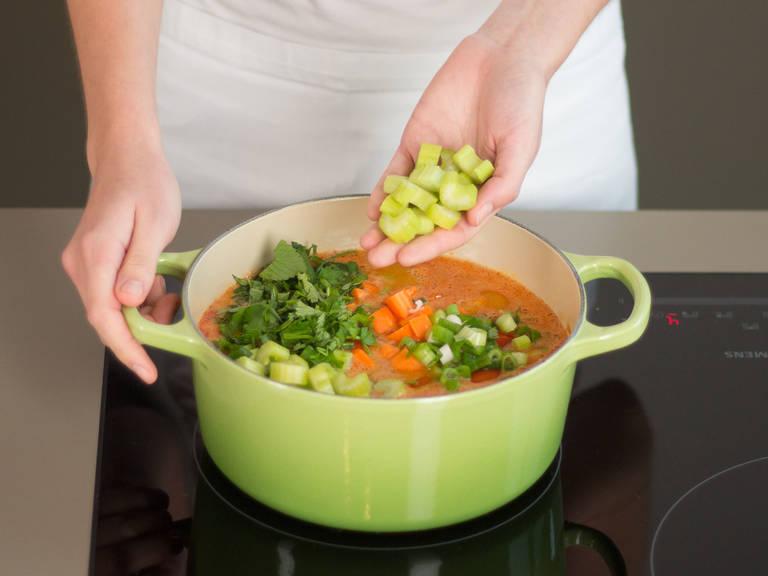 Cherrytomaten, Karottenwürfel, Frühlingszwiebeln, rote Zwiebeln, Stangensellerie, Koriander und Minze hinzugeben. Erneut mit Salz und Pfeffer abschmecken. Ca. 3 – 5 Min. köcheln lassen, bis das Gemüse bissfest ist. Mit etwas Crème fraîche oder Sojajoghurt als vegane Alternative garnieren. Guten Appetit!