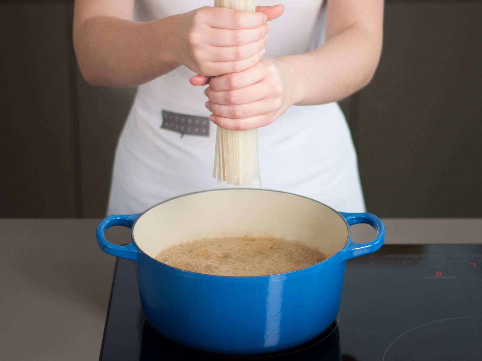 分批将切块的牛肉放入植物油中煸炒。加入牛肉高汤,稀释锅底结块。加入茴香籽,煨25-30分钟。加入河粉、生姜、胡萝卜、辣椒、蒜与鱼露,继续煨5-8分钟,至河粉有嚼劲。