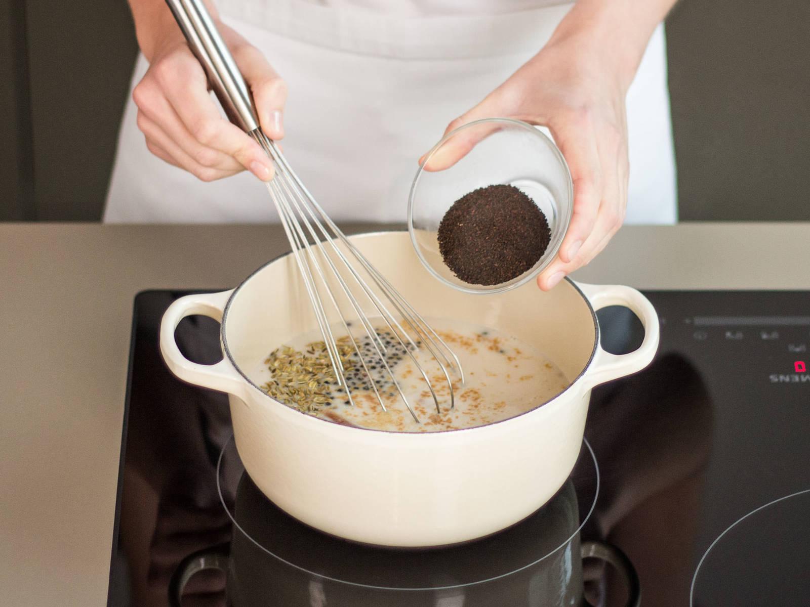 在一大平底锅中混合杏仁乳,姜粉,丁香,豆蔻,黑胡椒,肉桂棒,茴香籽和红茶, 用中火加热2-3分钟至沸腾。