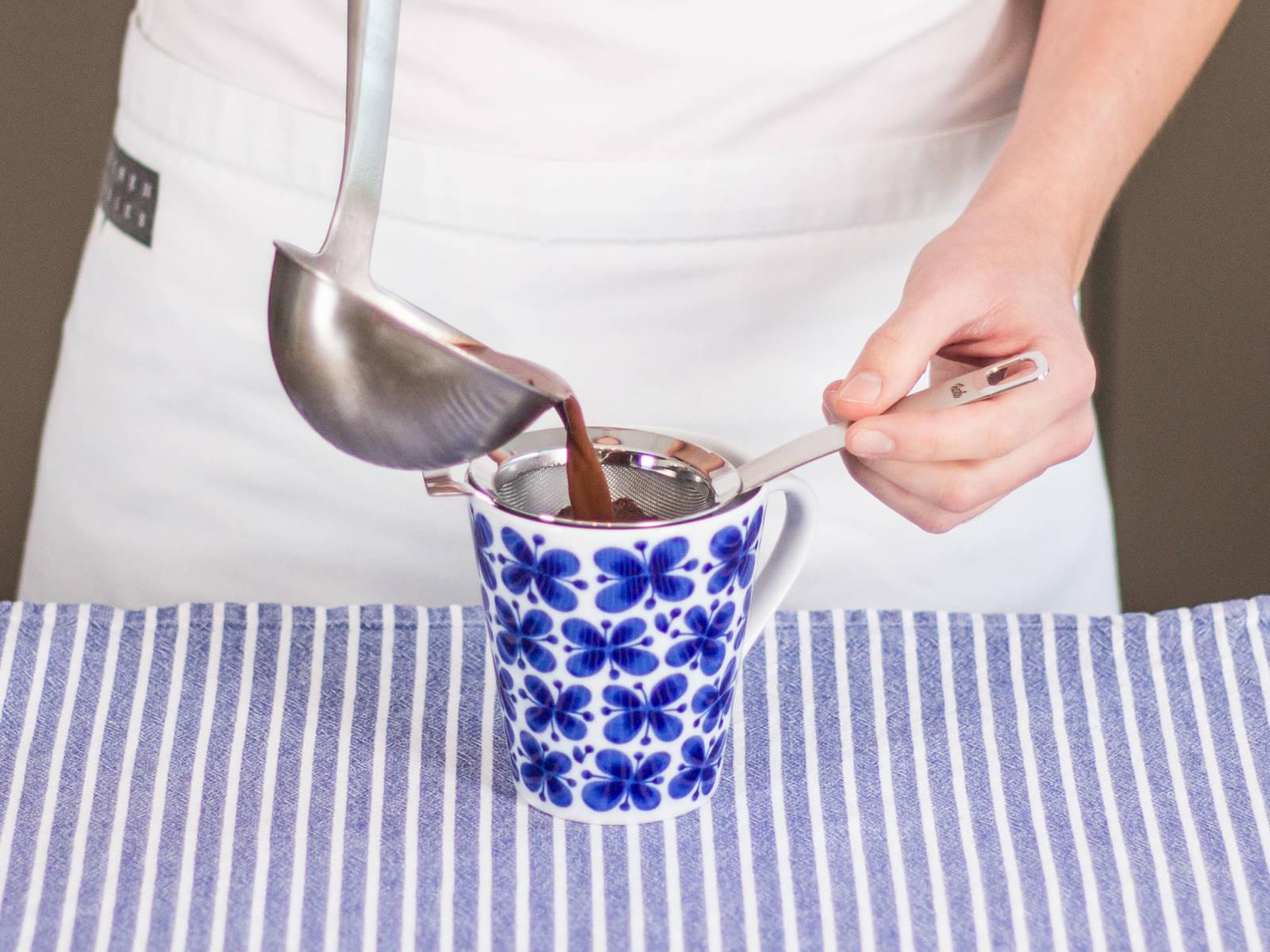 将筛子置于杯子上。用长柄勺将Chai茶热巧克力倒入杯中。移开筛子,享用吧。