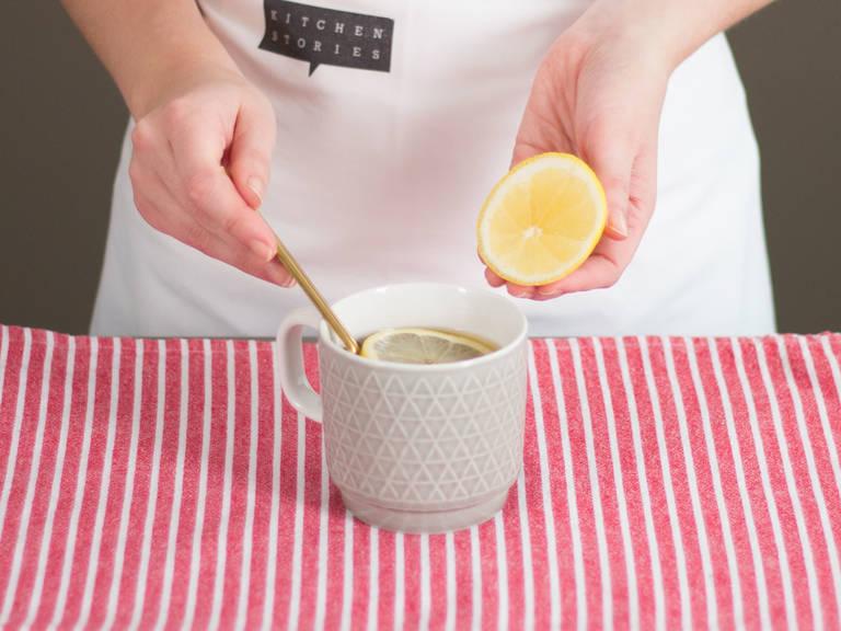 Weinbrand und Zitronenscheiben in die Tasse geben und vorsichtig umrühren.