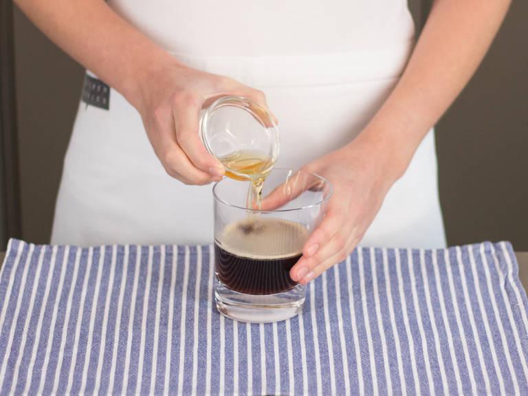 Wasser abgießen und braunen Zucker in die Tasse oder das Glas geben. Kaffee hinzufügen und rühren, bis der Zucker sich aufgelöst hat. Whiskey hinzufügen.