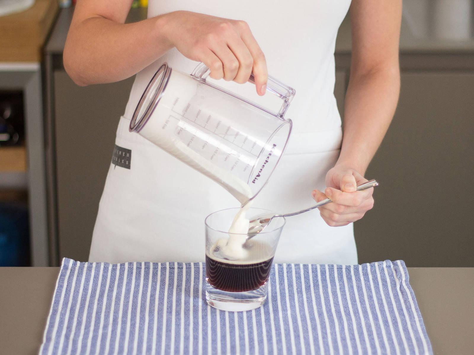 Sahne über einen Löffel auf den Kaffee laufen lassen, sodass sich eine separate Schicht bildet. Guten Appetit!