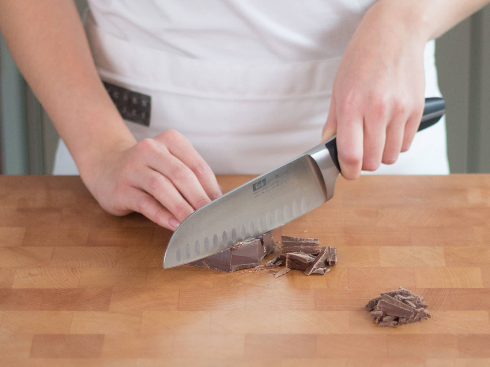 Schokolade grob hacken.