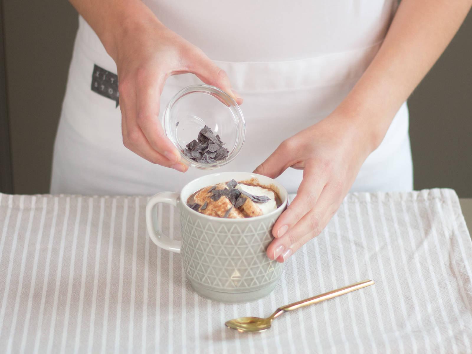 从小锅中取出八角与丁香。将热巧克力倒入杯中,放上打发后的奶油,饰以巧克力屑即可享用!