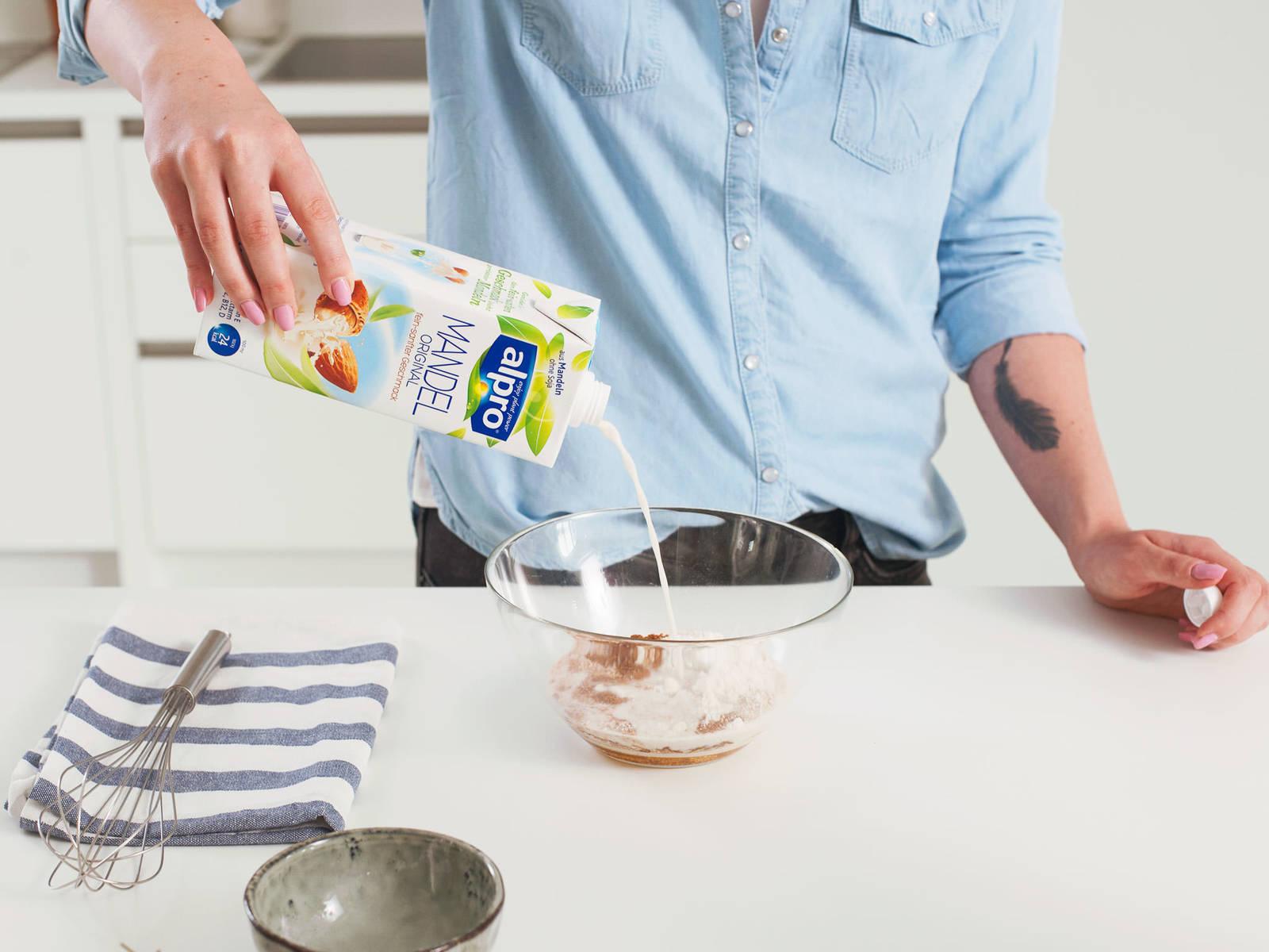 将椰子粉,全麦面粉,膨化苋菜,泡打粉和肉桂粉放到一个大碗中混合搅拌。倒入杏仁奶和龙舌兰糖浆。用搅拌器搅打至完全混合。面糊中可以有些许颗粒,这会让煎饼口感更蓬松。