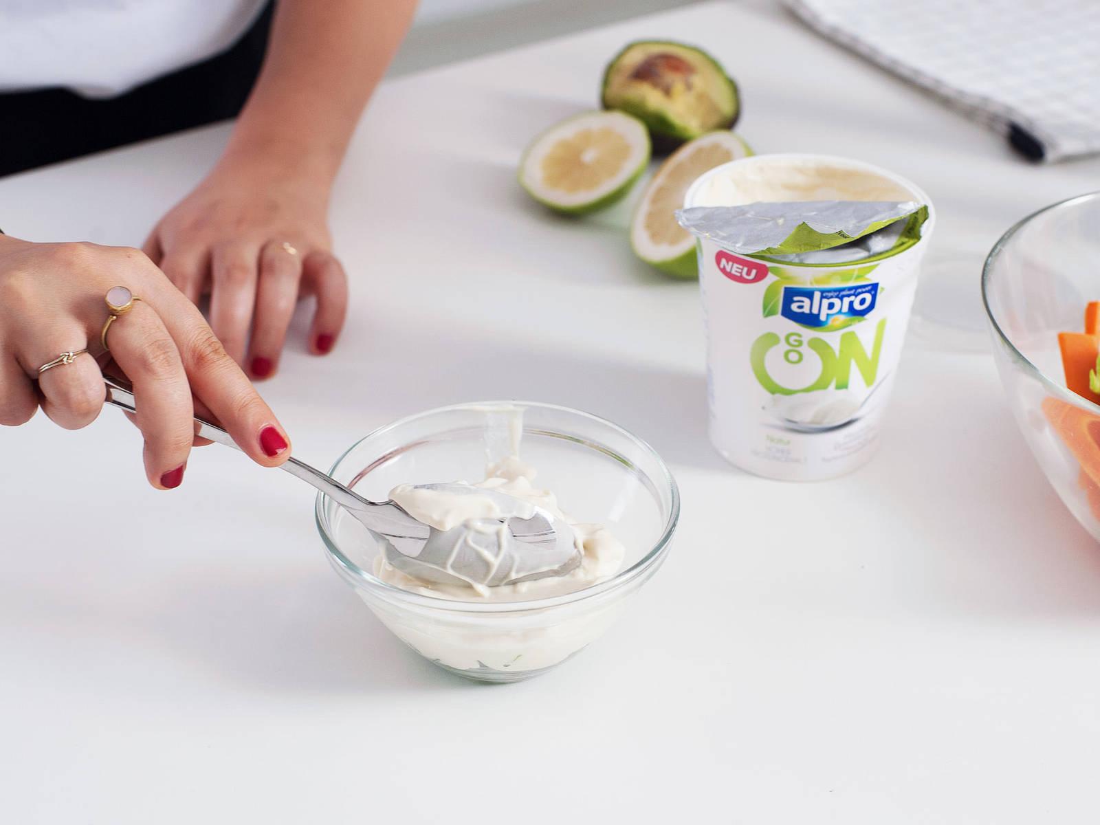 Pflanzliche Quarkalternative, Schnittlauch, Salz und Pfeffer für den Dip in einer kleinen Schüssel vermischen.