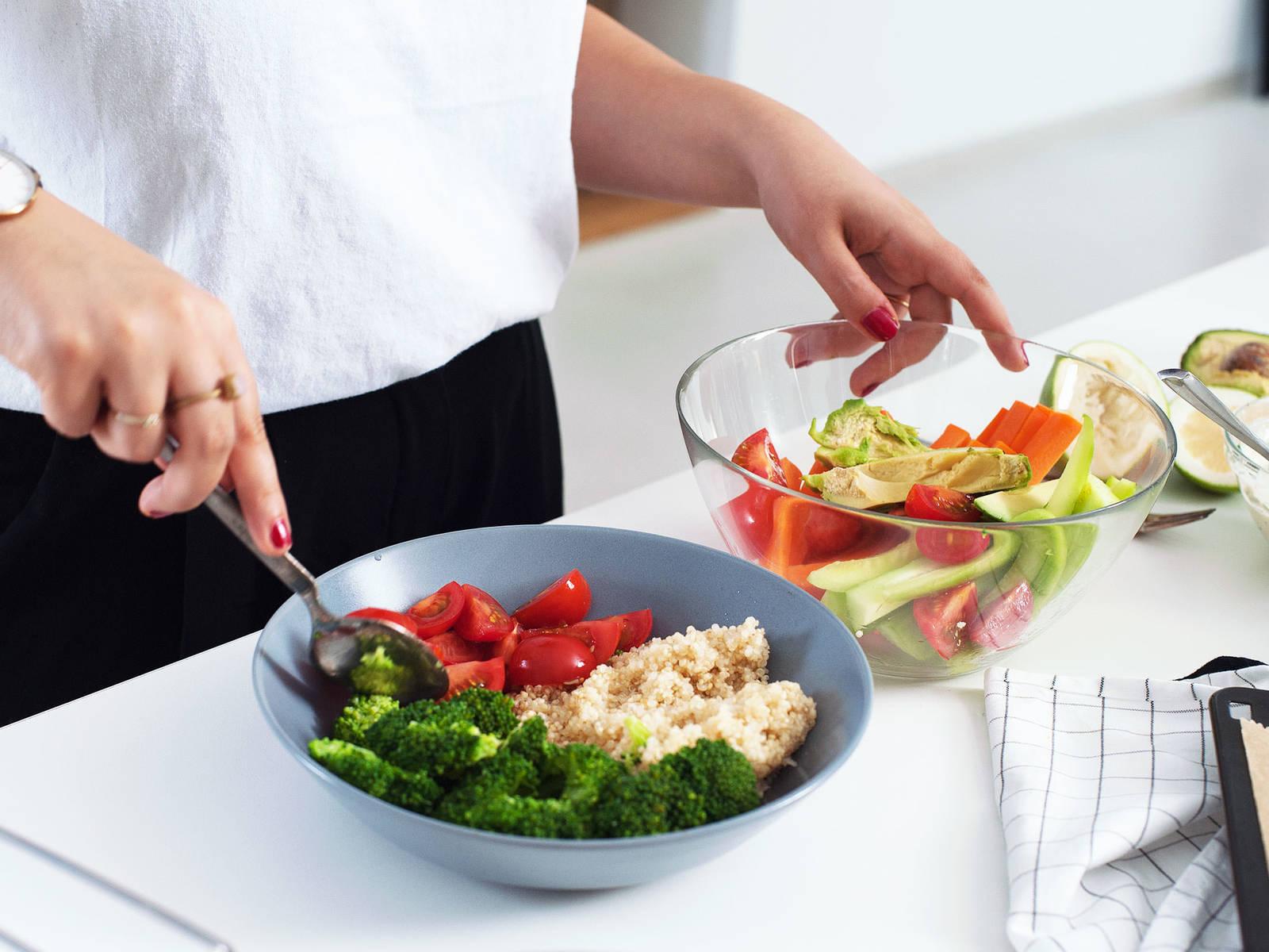 Quinoa zum Anrichten in eine Schüssel geben. Geschnittenes Gemüse darauf anrichten. Mit dem Saft der restlichen Zitrone beträufeln und nach Geschmack Quark-Dip obenauf geben. Guten Appetit!
