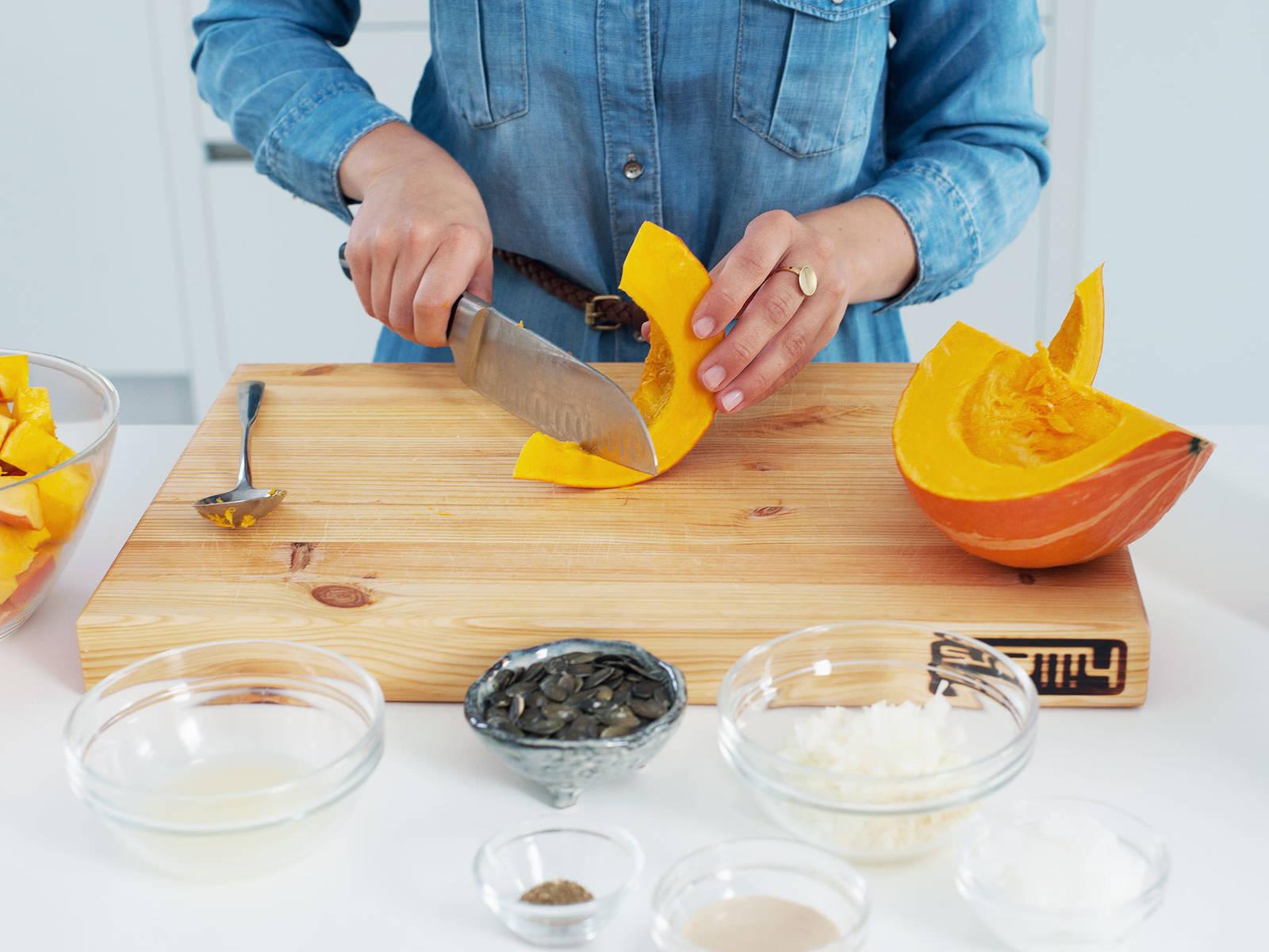 清洗南瓜,切半,用勺子挖去籽。将南瓜切片,再切成大块。