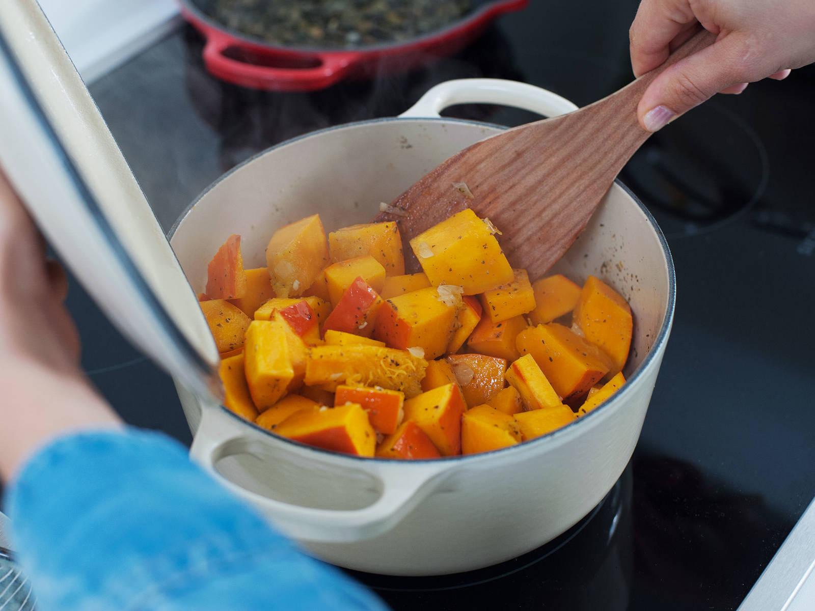 将南瓜块放到平底锅中,翻炒3-4分钟,不时翻动。