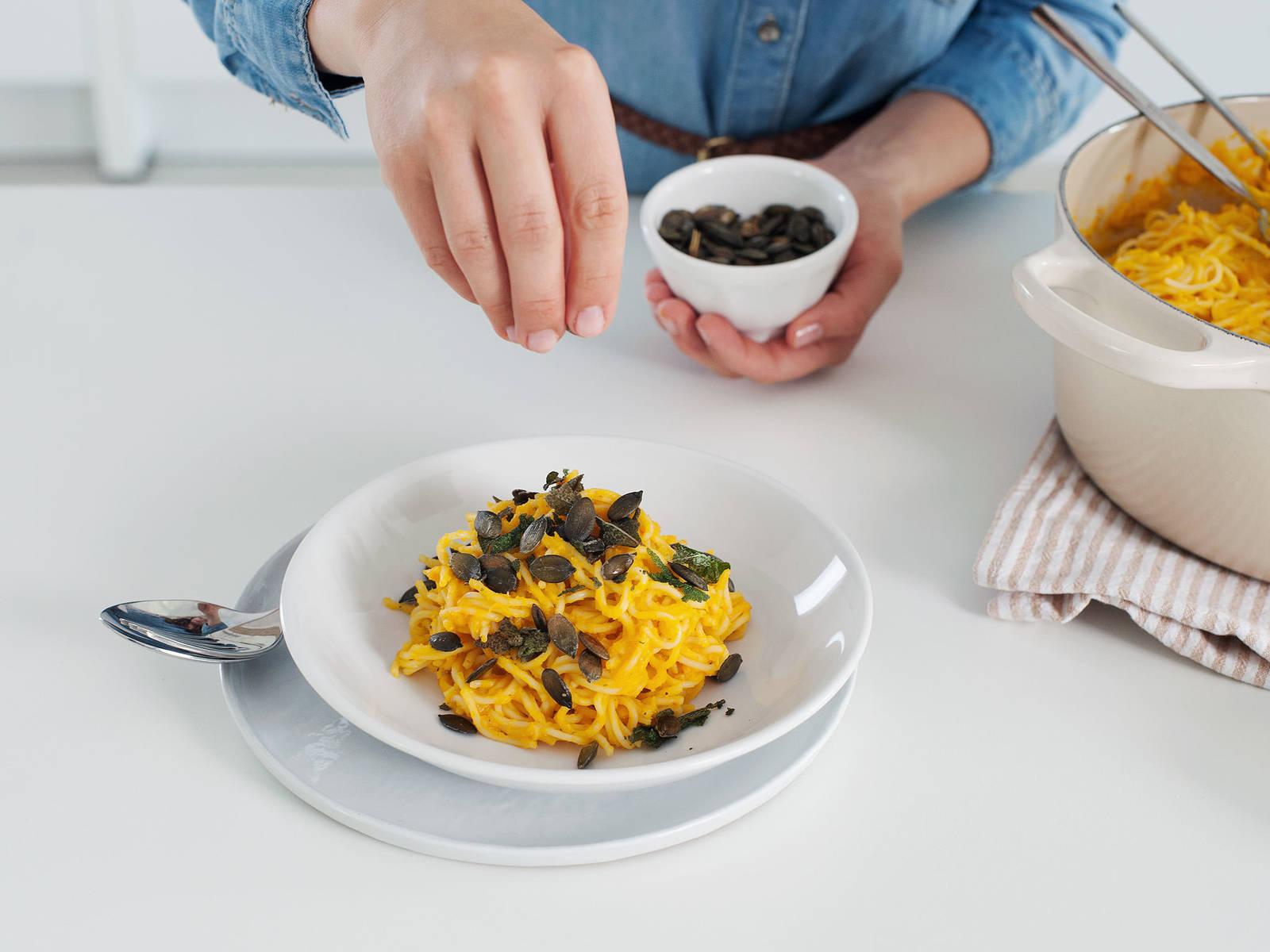 倒进碗中;饰以鼠尾草叶、南瓜籽和新鲜擦屑的帕马森干酪。尽情享用吧!