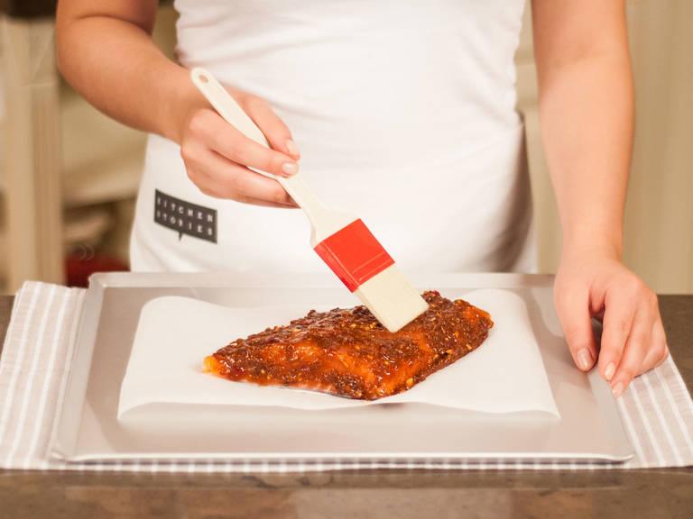 Lachsfilets auf ein mit Backpapier ausgelegtes Backblech geben. Mit Marinade bestreichen und bei 250°C ca. 8 – 12 Min. backen. Vor dem Servieren mit Frühlingszwiebelringen garnieren und genießen!