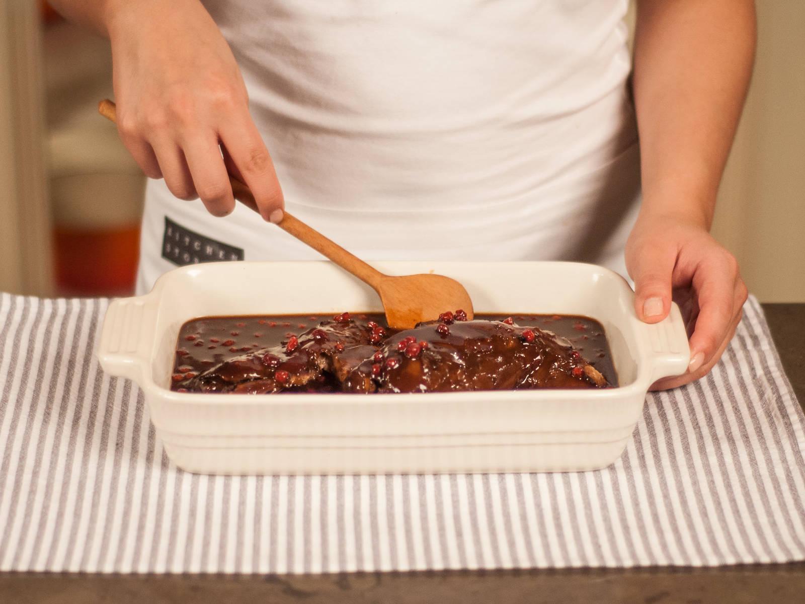 将上一步中熬好的越桔酱汁倒在鹿肉上,即可享用!