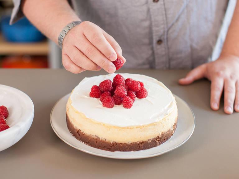 从烤箱中取出烤模。待蛋糕稍微冷却后,用小刀沿烤模内侧转一圈,脱模。待蛋糕完全冷却后,放入冰箱冷藏至少4小时或一夜。饰以新鲜覆盆子享用。