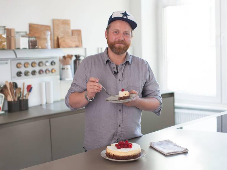 将稀奶油与糖粉搅打至硬性发泡,然后均匀的涂抹在蛋糕上。饰以新鲜覆盆子享用。
