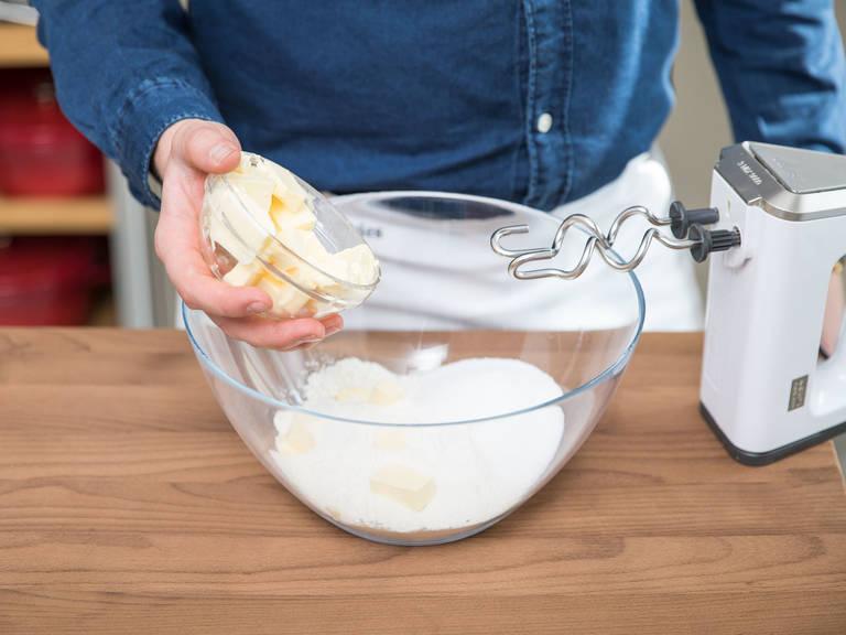 Teil des Mehl, Zucker und Salz mischen. Teil der kalten Butter in kleine Stücke schneiden, hinzugeben und das Ganze so lange in der Küchenmaschine durchrühren lassen, bis kleine, erbsengroße Streusel entstehen.