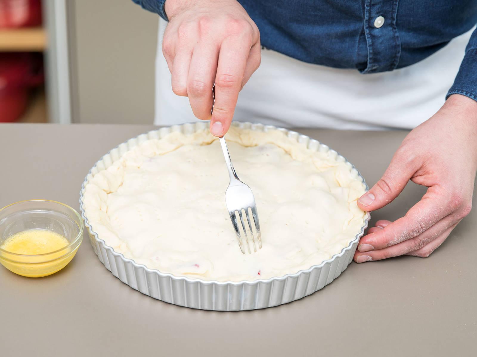 擀好另一份面皮,叠放在派上。将边缘折起来,轻压密封。用叉子在派的顶上戳些小孔。搅打蛋黄,然后刷到派上。以200℃烤40分钟,放凉后尽情享用吧!