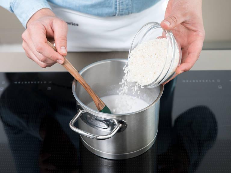 将大米泡在椰奶中小火煮15分钟。倒入牛奶,再煮10-15分钟,直至大米变得柔滑。如有需要可多加牛奶。