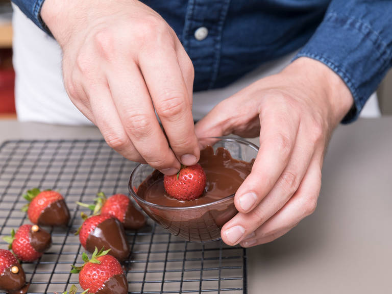 To make the chocolate-coated strawberries, chop the remaining bittersweet chocolate and melt using the double boiler. Dip the remaining strawberries into the melted chocolate (fully cover bigger ones, and partially cover smaller ones). Rest for approx. 1 min., then garnish with sprinkles of your choice. Set aside to harden, then refrigerate until you assemble the cupcakes.