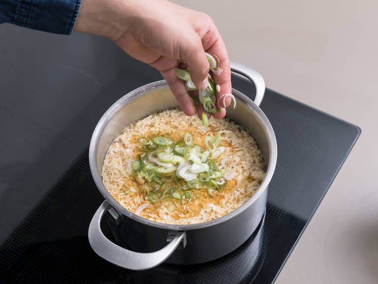 拌入葱末和芝麻油。加盐与胡椒调味,如有需要,也可以加入更多酱油和芝麻油。