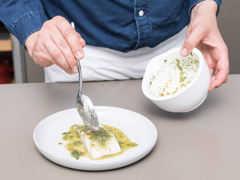Die Aluminiumfolien-Schicht hochheben. Das ist viel einfacher als den Fisch mit einer Zange herauszuholen, weil sie das Filet  schnell beschädigen kann. Die Soße über das Fischfilet gießen und mit gehackten Frühlingszwiebeln bestreuen. Guten Appetit!