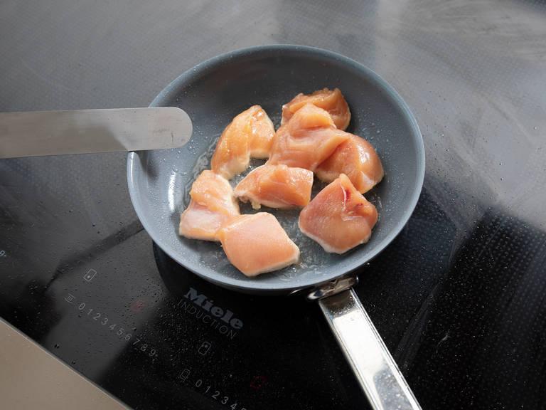 在耐热锅中,中高火融化半份黄油。放入鸡肉,煎2-3分钟,或直至鸡肉两面都变成金棕色。