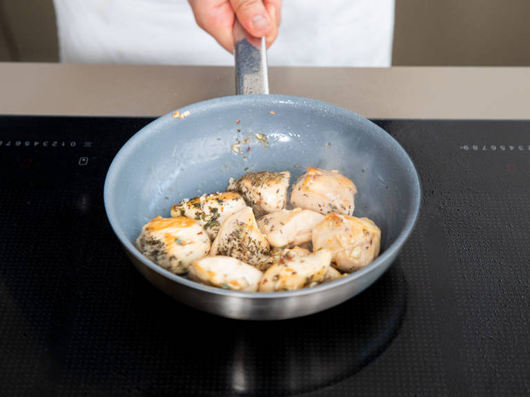 Preheat oven to 180°C/350°F. Melt remaining butter in the frying pan with the chicken. Add the minced garlic and chili flakes, and cook for approx. 1 – 2 min., stirring frequently, until fragrant.