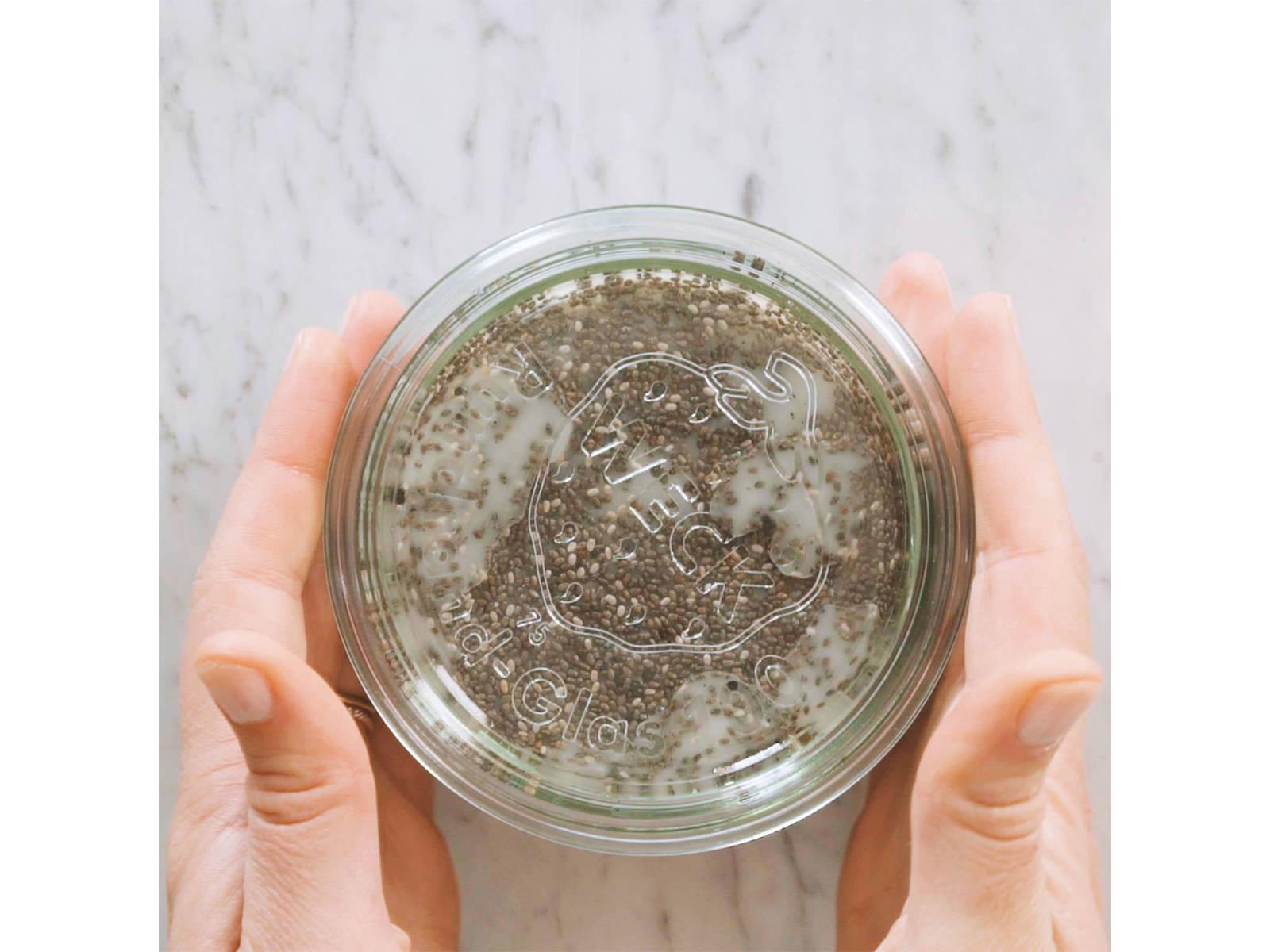 加入奇亚籽,搅拌混合。盖上盖子,放入冰箱冷藏过夜。