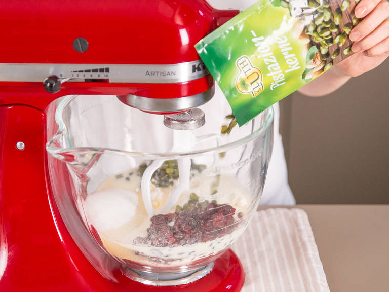 Backofen auf 200°C vorheizen. Mehl, Zucker, Backnatron, Backpulver, Sojamilch, Cranberrys, Pistazien und eine Prise Salz in der Küchenmaschine oder mit einem Handrührgerät (Knethaken) zu einem Teig verarbeiten.