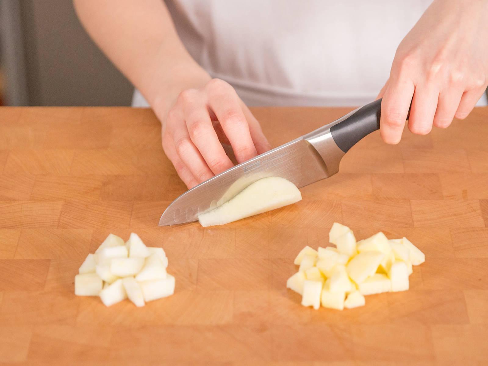 In der Zwischenzeit Apfel sowie Birne schälen und in haselnussgroße Würfel schneiden.
