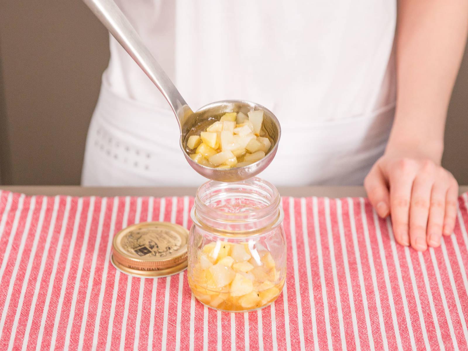 Anschließend den Estragon wieder entnehmen und die Marmelade nach Bedarf in das Einmachglas füllen.